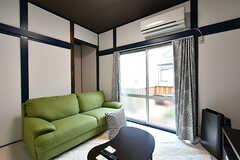 リビングの様子4。掃き出し窓からはベランダに出られます。(2017-10-11,共用部,LIVINGROOM,2F)