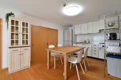 キッチン側にはダイニングテーブルが用意されています。(2017-02-13,共用部,LIVINGROOM,11F)