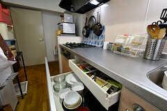キッチンの様子2。引き出しには皿などが収納されています。(A棟)(2017-04-04,共用部,KITCHEN,2F)