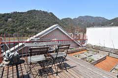 屋上の様子2。山が近くて気持ち良い。喫煙所も兼ねています。(A棟)(2017-04-04,共用部,OTHER,4F)