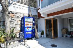 通りに面した場所にはベンチと自動販売機が設置されています。(B棟)(2017-04-04,共用部,OTHER,1F)