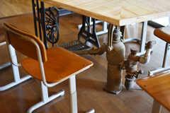 ダイニングテーブルの足元には、ミシン台やポンプの廃材が使われています。(2019-06-11,共用部,LIVINGROOM,1F)
