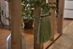 廊下には江戸箒が吊るされています。(2019-06-11,共用部,LIVINGROOM,1F)