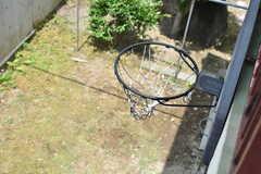物干し場から庭を見るとこんな感じ。バスケットリングも間近で見ることができます。(2019-06-11,共用部,OTHER,2F)