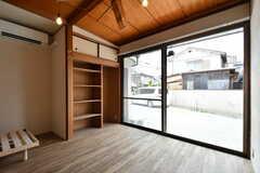 専有部の様子。全室に大きな窓が設置されています。(102号室)(2019-06-11,専有部,ROOM,1F)
