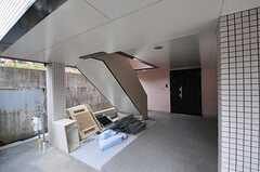 正面玄関は階段を上がって2Fです。(2014-02-04,周辺環境,ENTRANCE,1F)