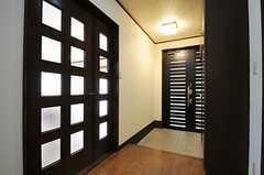 玄関まわりの様子。左手のドアの先がリビングです。(2014-02-04,周辺環境,ENTRANCE,2F)
