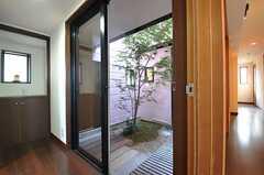廊下から中庭に出られます。(2014-02-04,共用部,OTHER,1F)