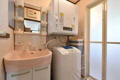 脱衣室の様子。洗面台と洗濯機、乾燥機が設置されています。(2018-01-24,共用部,BATH,1F)