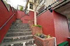 階段を上った先が玄関です。(2016-04-05,周辺環境,ENTRANCE,1F)