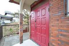 玄関の様子2。どこでもドアのような色。(2016-04-05,周辺環境,ENTRANCE,1F)