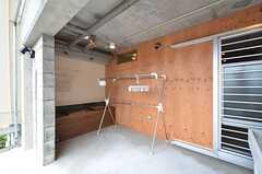 物干しスペース兼休憩場所の様子2。ベンチもあります。(2016-04-05,共用部,OTHER,1F)