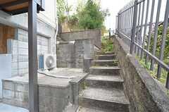 階段を上がると、リビングの外の庭にアクセスできます。(2016-04-05,共用部,OTHER,1F)