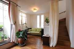 階段脇には小ぢんまりとしたソファスペースがあります。(2012-07-14,共用部,LIVINGROOM,2F)