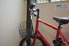 1回2時間フリーレンタルが可能な電動自転車が置かれています。(2015-01-13,周辺環境,ENTRANCE,1F)