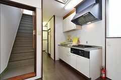 キッチンの様子。キッチンの奥が水まわり設備です。(2014-09-29,共用部,KITCHEN,1F)