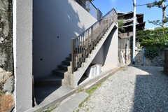 高台に建っているため、玄関は階段を上った先にあります。(2017-10-11,共用部,OUTLOOK,1F)