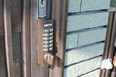 玄関の鍵はナンバー式。(2017-10-11,周辺環境,ENTRANCE,1F)