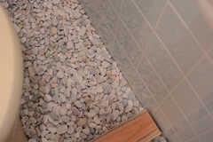 床には白石が敷いてあります。(2017-10-11,共用部,TOILET,1F)
