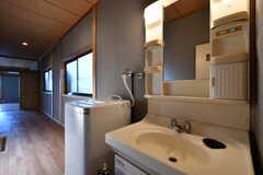 廊下に設置された洗面台。(2017-10-11,共用部,WASHSTAND,2F)