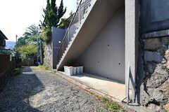 階段の裏手が自転車置場です。専有部ごとに使えるゴミ箱も設置されています。(2017-10-11,共用部,GARAGE,1F)