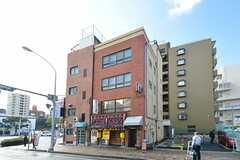 建物の外観。1Fに飲食店、2Fに事務所がテナントとして入っています。3-4Fがシェアハウスです。(2016-01-18,共用部,OUTLOOK,1F)