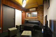 サロンの様子。ソファ、TV、冷蔵庫が設置されているので、ダイニングとは異なる使い方ができます。(2016-01-18,共用部,LIVINGROOM,4F)