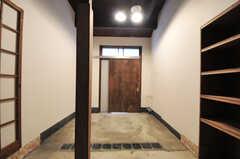 内部から見た玄関まわりの様子。玄関ドアは引き戸で、幅は広くとられています。(2012-11-27,周辺環境,ENTRANCE,1F)