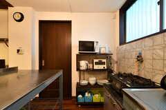 キッチンの様子2。食器棚にキッチン家電も並んでいます。キッチンとダイニングテーブルの間には、ステンレスの作業台があります。(2018-07-18,共用部,KITCHEN,1F)