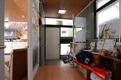 内部から見た玄関まわりの様子。(2013-04-01,周辺環境,ENTRANCE,1F)