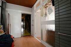 廊下の様子。右手にリビングがあります。(2013-04-01,共用部,OTHER,1F)