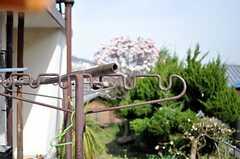 庭に置かれた物干しの様子。(2013-04-01,共用部,LIVINGROOM,1F)