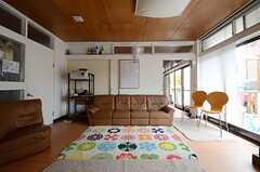 リビングの様子2。奥にダイニング・キッチンがあります。(2013-04-01,共用部,LIVINGROOM,1F)