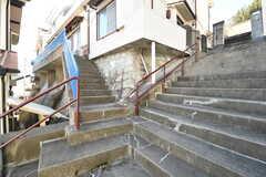階段がふた手に分かれています。玄関もふたつありますが、室内でつながっています。(2017-01-16,共用部,OTHER,1F)