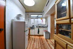 キッチンの様子。床は杉の無垢材です。(2017-01-16,共用部,KITCHEN,1F)