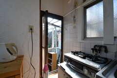 キッチン脇のドアからは外に出られます。外は洗濯物干し場です。(2017-01-16,共用部,OTHER,1F)