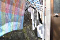 洗濯物干し場の様子。奥に洗濯機が設置されています。(2017-01-16,共用部,LAUNDRY,1F)