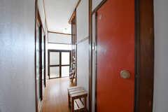 廊下の様子。奥に玄関があります。(2017-01-16,共用部,OTHER,1F)