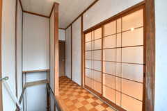 廊下の様子。ガラスの格子戸の先が205号室です。(2017-01-16,共用部,OTHER,2F)