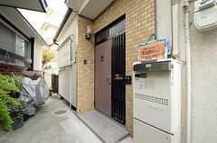 シェアハウスの正面玄関。(2013-03-30,共用部,OUTLOOK,1F)