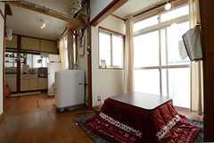 リビングの様子3。奥にキッチンがあります。(2013-03-30,共用部,LIVINGROOM,1F)