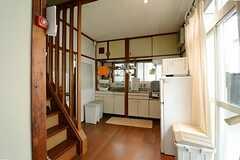 キッチンの様子。右手の窓から物干しができます。(2013-03-30,共用部,KITCHEN,1F)