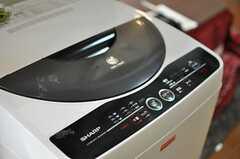 キッチン脇に洗濯機が置かれています。(2013-03-30,共用部,LAUNDRY,1F)