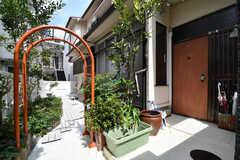 玄関周辺の様子。アーチの先が庭、右手が玄関ドアです。(2017-09-14,周辺環境,ENTRANCE,1F)