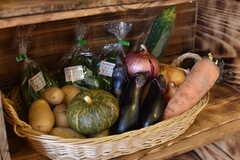 収納棚には共用のオーガニックの野菜と淡路島の玉ねぎが用意されています。野菜は毎月届くとのこと。(2017-09-14,共用部,OTHER,1F)