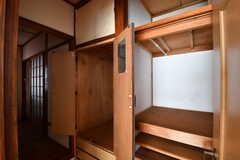 ドアの外に収納が2箇所用意されています。(202号室)(2017-09-14,専有部,ROOM,2F)