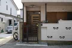シェアハウスの正面玄関。(2013-03-30,周辺環境,ENTRANCE,1F)