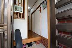 玄関から見た内部の様子。(2013-03-30,周辺環境,ENTRANCE,1F)
