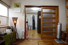 リビングの奥はキッチンです。(2013-03-30,共用部,LIVINGROOM,1F)