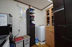 キッチンの奥に洗濯機が置かれています。(2013-03-30,共用部,OTHER,1F)